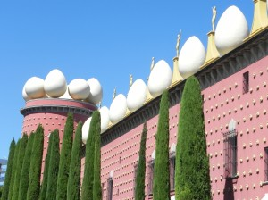 Side view of Dali Museum, Eggs and Statues along the roof - Figueres